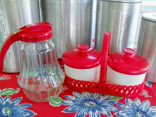 2 red kitchenware